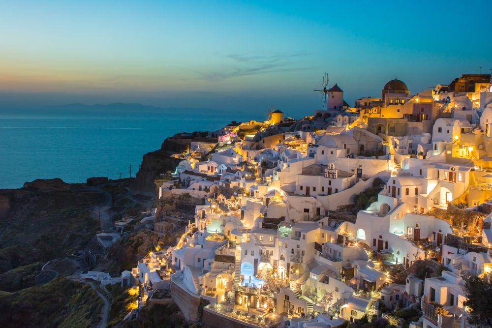 case din beton alb si maro pe munte langa mare in timpul zilei fotografie