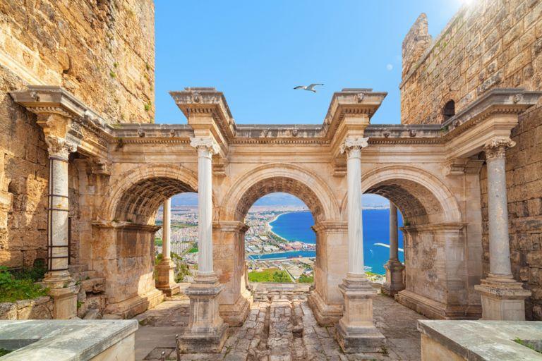 Pleacă în Antalya alături de Tez Tour