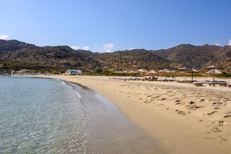 Plaja Manganari, considerata una dintre cele mai frumoase plaje din Grecia