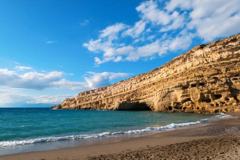 Plaja Matala, una dintre superbele plaje ale insulei Heraklion