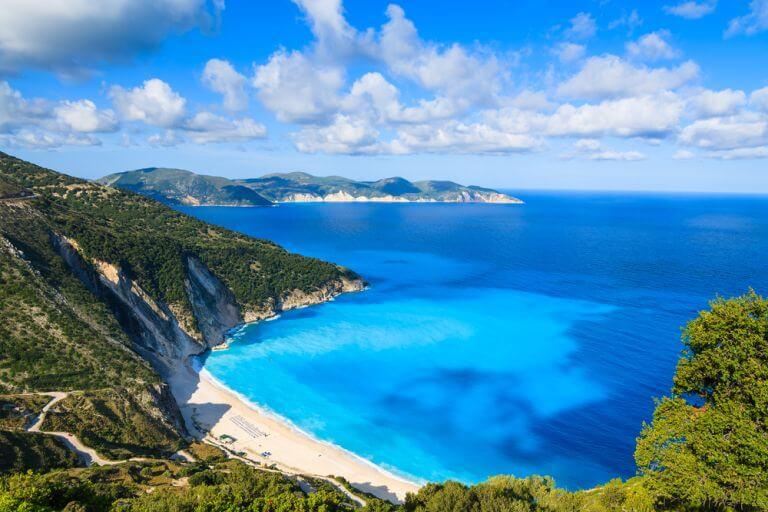 Plaja Myrtos a Kefaloniei, catalogata drept cea mai frumoasa plaja din Grecia
