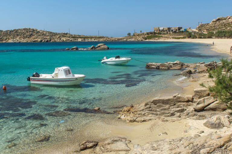Plaja Paranga, plaja preferata a turistilor ce aleg Mykonos ca destinatie de vacanta Mykonos se numara printre cele mai populare statiuni din Grecia si este intesata cu plaje care mai de care mai deosebite. Dintre toate plajele acestei insule, plaja Paranga este preferata localnicilor si a turistilor deopotriva. Considerata printre cele mai frumoase plaje din Grecia, Paranga este si una dintre cele mai mici plaje ale insulei. Situata la 10 minute de plaja Paradise Beach si la 15 minute de plaja Platis Gialos, Paranga este o combinatie intre doua plaje, separata de o fasie de pamant care inainteaza in mare. Aceasta plaja ofera turistilor o priveliste superba, nisipuri vine, ape turcoaz si restaurante cu mancaruri traditionale delicioase. Asta te asteapta daca vrei sa te relaxezi pe plaja Paranga intr-o vacanta in Grecia.