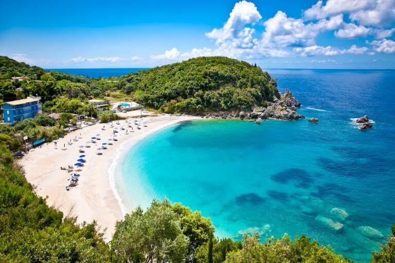 Plaja Sarakiniko, un alt pardis al insulei Milos